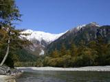 穂高連峰と梓川の紅葉