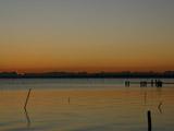 日の出前の湖