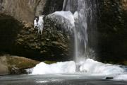 氷結した滝壺