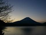 日の出前の本栖湖
