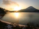 朝日に輝く本栖湖